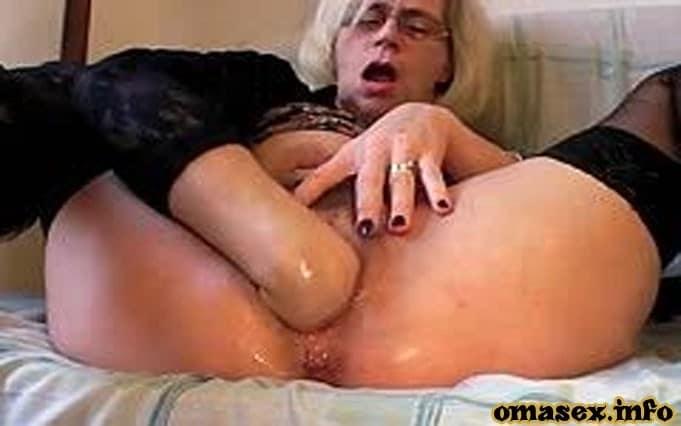 Oma masturbiert und reibt die Muschi